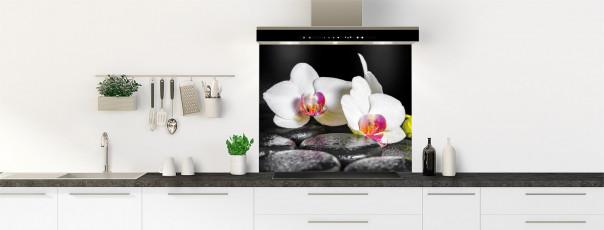 Crédence de cuisine Orchidée blanche et galets fond de hotte