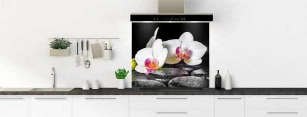 Crédence de cuisine Orchidée blanche et galets fond de hotte motif inversé