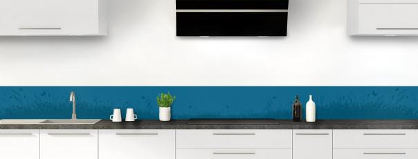 Crédence de cuisine Prairie et papillons couleur bleu baltic dosseret motif inversé