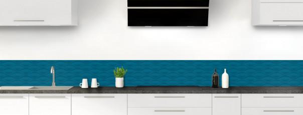 Crédence de cuisine Motif vagues couleur bleu baltic dosseret