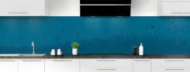 Crédence de cuisine Prairie et papillons couleur bleu baltic panoramique motif inversé