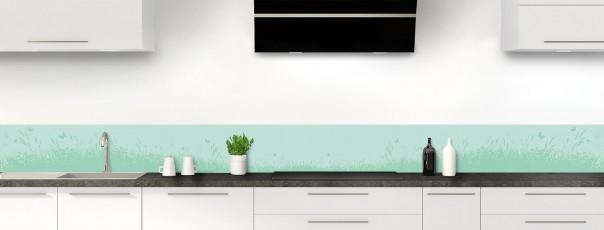 Crédence de cuisine Prairie et papillons couleur vert pastel dosseret motif inversé
